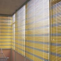 zhalyuzi-na-balkon-s-razdvizhnymi-oknami1