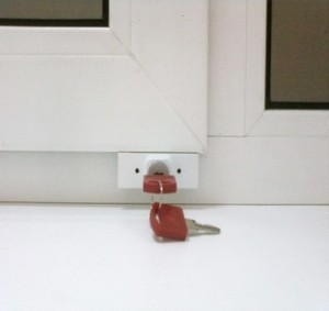 Защита на окнах от детей - блокиратор пластиковых окон от детей с ключом