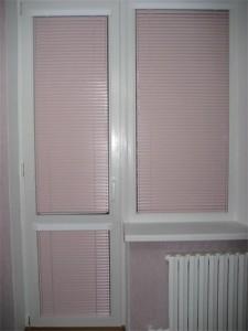 Горизонтальные жалюзи на двери