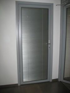Металлические жалюзи на офисную дверь
