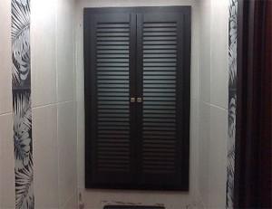 Деревянные двери-жалюзи в нише